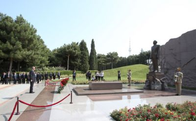 Turkish President visits Alley of Honors in Baku