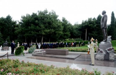 Ahmet Davutoghlu visits tomb of the National Leader Heydar Aliyev