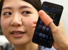 Japan firm has 'thumbs up' solution for bigger smartphones