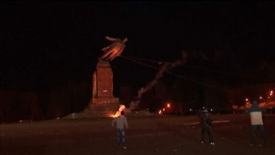 Lenin Statue torn down in Ukraine