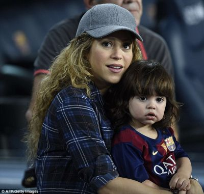 Pregnant Shakira and son watching Gerard Pique play soccer |  PHOTO
