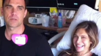 Robbie Williams entertains wife during labour VIDEO