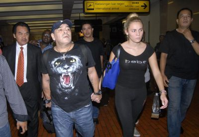 Maradona accuses girlfriend of theft