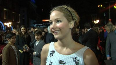 Lawrence wows fans at hunger games premiere