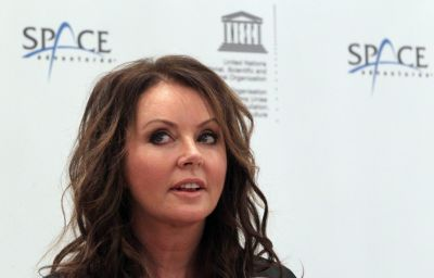 Sarah Brightman's space training delayed for family reasons