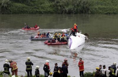 Taiwan plane cartwheels into river, 16 kills