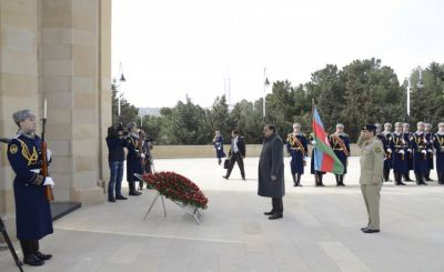 President of Pakistan pays respect to Azerbaijani heroes
