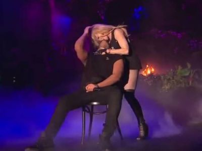 Madonna kisses Drake on stage VIDEO