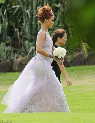 Rihanna as bridemaid  PHOTO