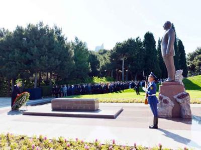 President Ilham Aliyev visits Azerbaijani National Leader's grave