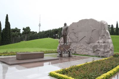 Vietnamese President pays respect to National Leader Heydar Aliyev