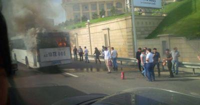 Bakıda sərnişin avtobusu yandı - FOTO