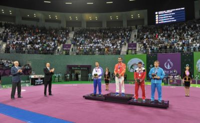Azerbaijani  President  presented medals to the winning Greco-Roman wrestlers