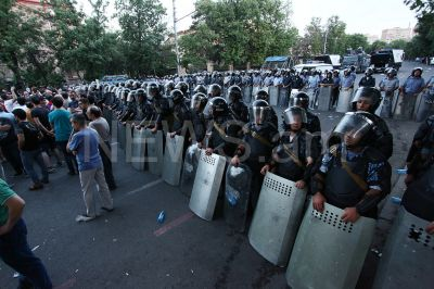 Protests in Armenia: Police put iron bars on Baghramian Avenue