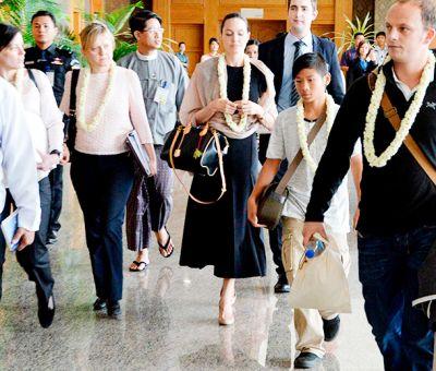 Анджелина Джоли взяла сына Пакса в поездку в Мьянму ФОТО