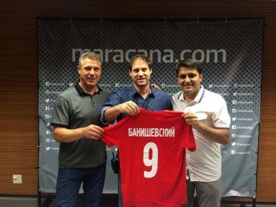 Представители «Нефтчи» подарили музею «Маракана» майку легендарной «девятки» азербайджанского футбола