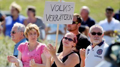 Angela Merkeli fitə tutan qadına qarşı cinayət işi qaldırılıb