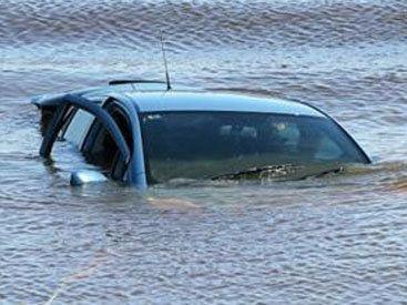 Avtomobil su kanalına düşdü  - sürücü öldü