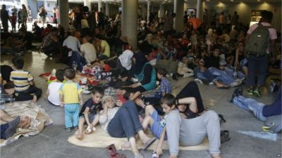 Thousands of migrants arrive in mainland Greece