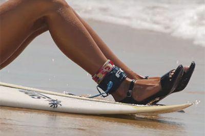 Французская серфингистка прокатилась по волнам в платье и на каблуках - ВИДЕО