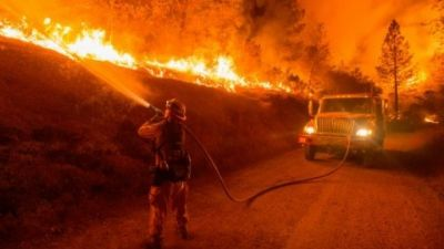 California wildfire:At least 1 killed, 400 homes destroyed