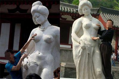 Туристов попросили оставить в покое грудь обнаженной статуи ФОТО
