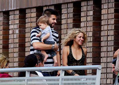 Шакира и Жерар Пике прогулялись с сыновьями по Барселоне ФОТО