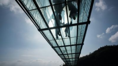 China`s new glass bridge tests courage of tourists