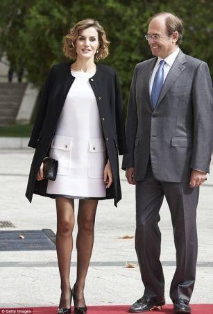 Королеву Испании раскритиковали за короткое платье и темные колготки