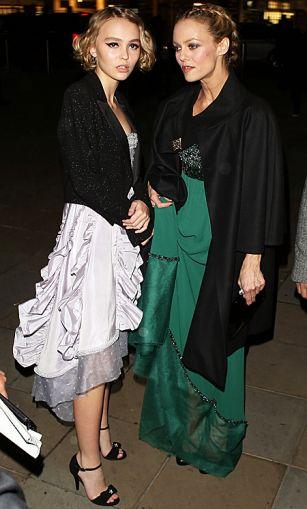 Лили-Роуз Депп с мамой посетила открытие выставки Chanel ФОТО