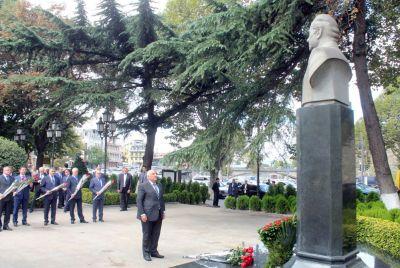 Абид Шарифов посетил памятник великому лидеру в Тбилиси