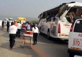 В результате столкновения автобуса с грузовиком погибли 42 человека