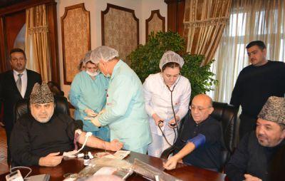 Аллахшукюр Пашазаде и Мубариз Гурбанлы сдали кровь в связи с днем Ашура