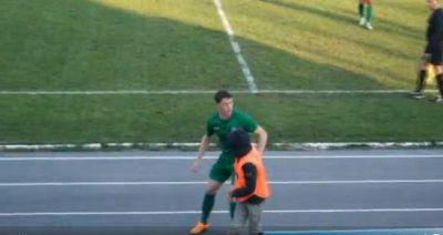 Футболист ударил по голове подающего мячи мальчика