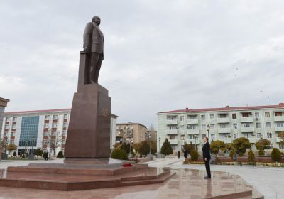 President Ilham Aliyev visits monument of  Azerbaijani National Leader's