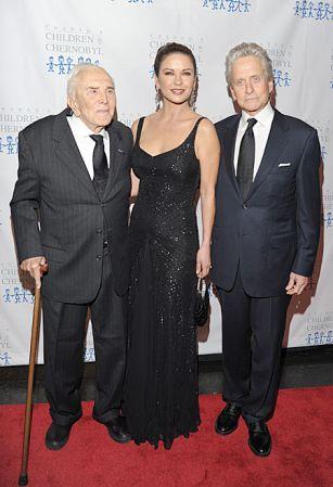 Кэтрин Зета-Джонс и Майкл Дуглас поздравили Кирка Дугласа с 99-летием ФОТО