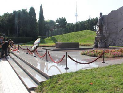 Руководство ПЕА посетило могилу общенационального лидера