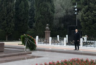 President Ilham Aliyev pays respect to Azerbaijan's National Leader