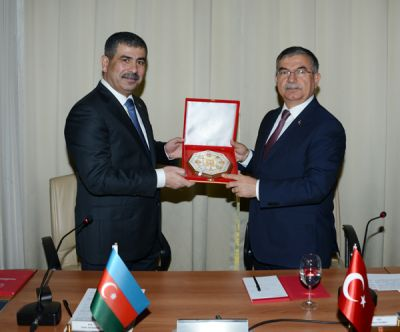 Azerbaijani, Tuskish Defense Ministers meet