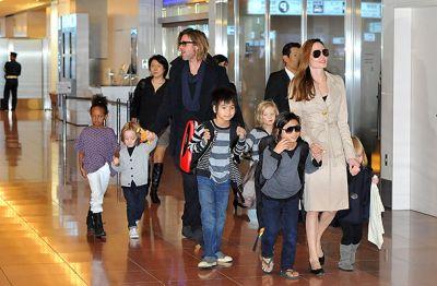 Джоли и Питт усыновили ребенка из Камбоджи