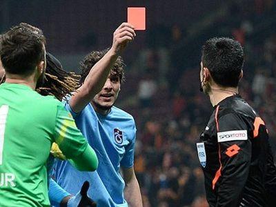 Футболист показал судье красную карточку