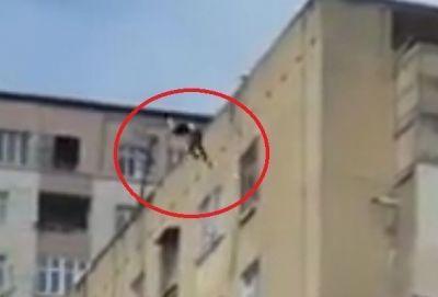 В Баку девушка бросилась с 9-го этажа