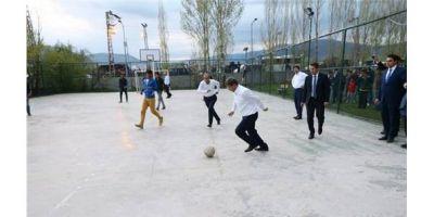 Əhməd Davudoğlu uşaqlarla futbol oynadı - FOTOSESSİYA
