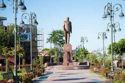 Азербайджанская диаспора Астрахани возложила цветы к памятнику Гейдару Алиеву