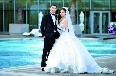 Futbolçu ilə aparıcı evləndi - FOTOLAR