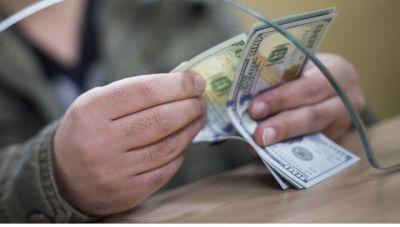 Центробанк вновь покупает валюту