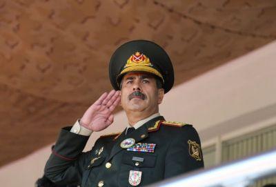 Zakir Həsənov hərbi paradı izləyib