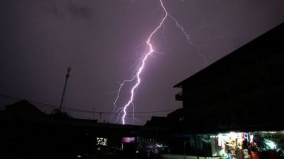 В Индии от ударов молний за ночь погибли 45 человек