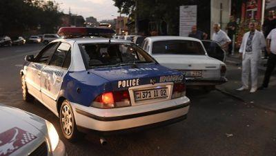 Глава минздрава Армении пытается пройти в захваченный полк полиции в Ереване