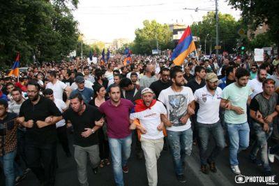 Новые столкновения в Ереване, десятки пострадавших